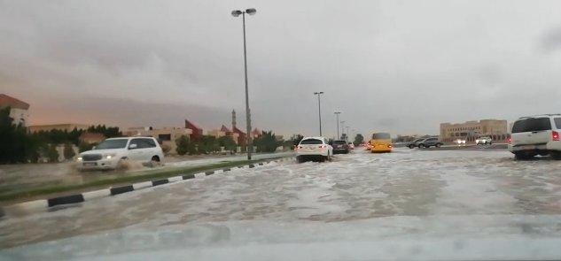 أمطار غزيرة على الشارقة والفجيرة.. والتربية تعلن تعليق الدراسة