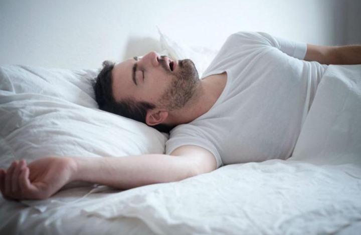دراسة: النوم المتقطع وغير المنتظم يعرضك للسمنة وارتفاع ضغط الدم