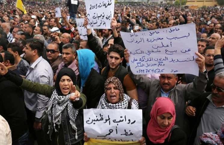 حكومة التوافق الفلسطينية تقرر صرف رواتب شهر مارس لموظفيها في غزة