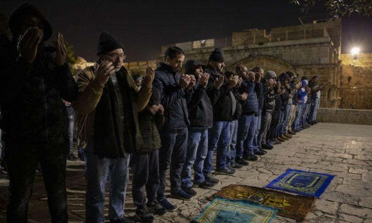 معتصمون في المسجد الأقصى يؤدون صلاة الغائب على الشباب الذين أعدموا في مصر