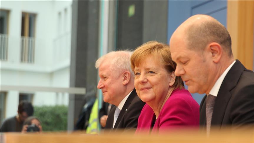 ميركل ووزير داخليتها يتوصلان لحل توافقي لخلافهما بشأن سياسة اللجوء