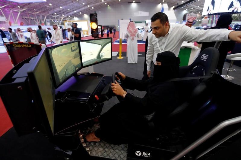 معرض للسيارات في الرياض يجتذب عددا كبيرا من النساء