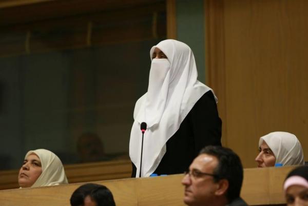 أبوظبي تبرر منع النائب الأردنية هدى العتوم من الانتظار في مطارها.. والأخيرة تشكك
