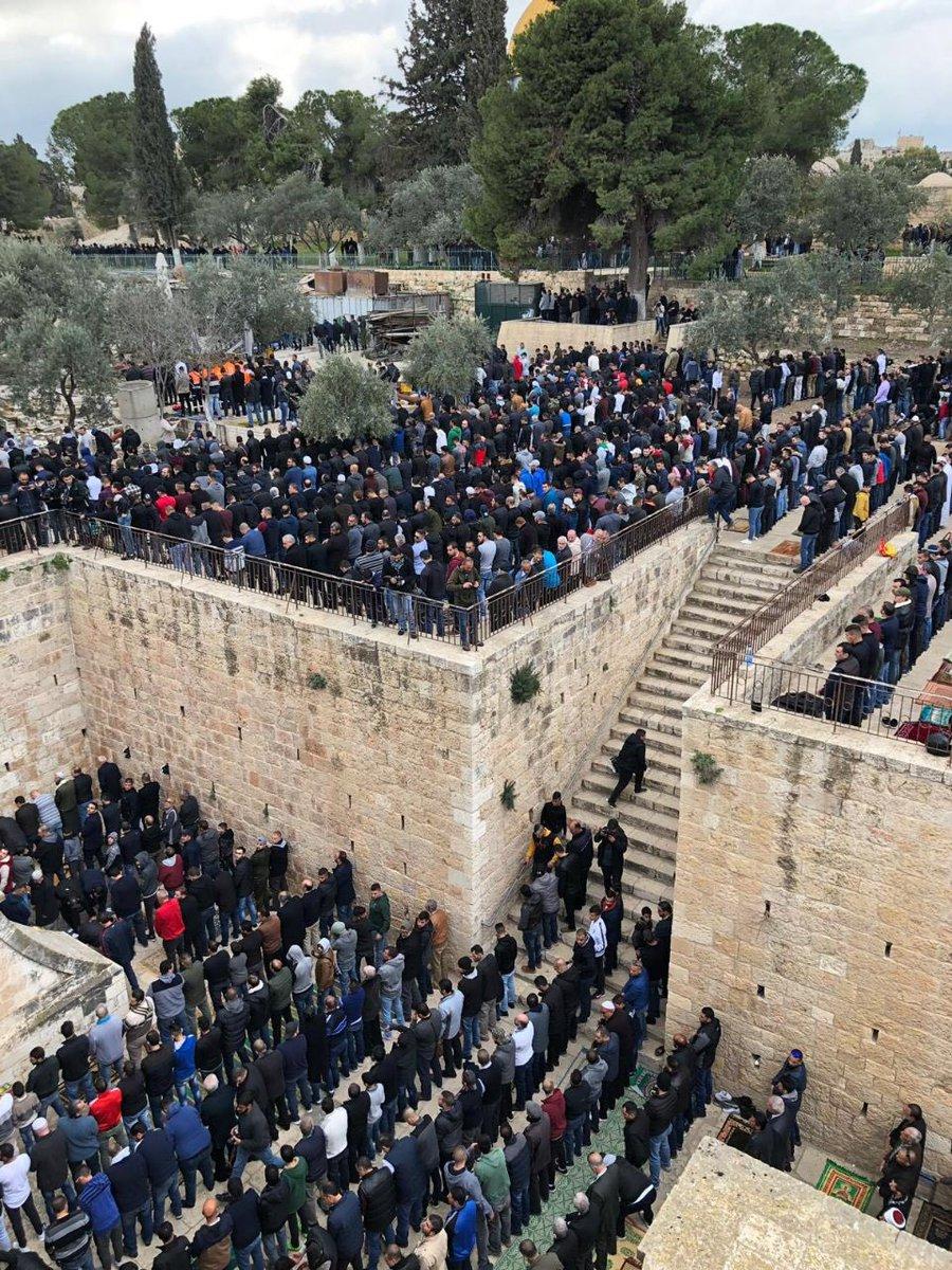 فلسطينيون يصلون في باب الرحمة بالأقصى للمرة الأولى منذ 16عاماً