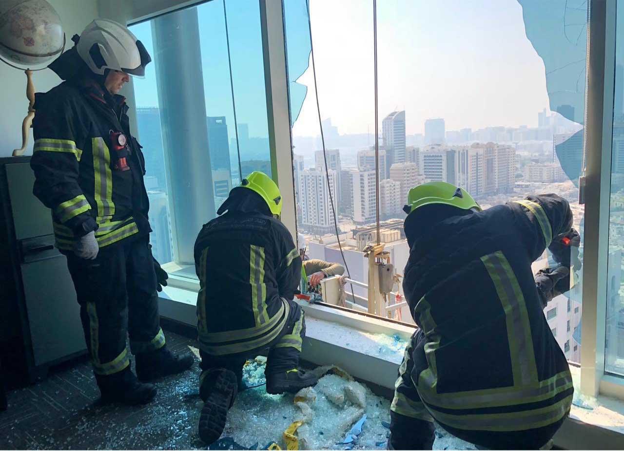 إنقاذ عاملين علقا بالطابق 21 في بناية بأبوظبي