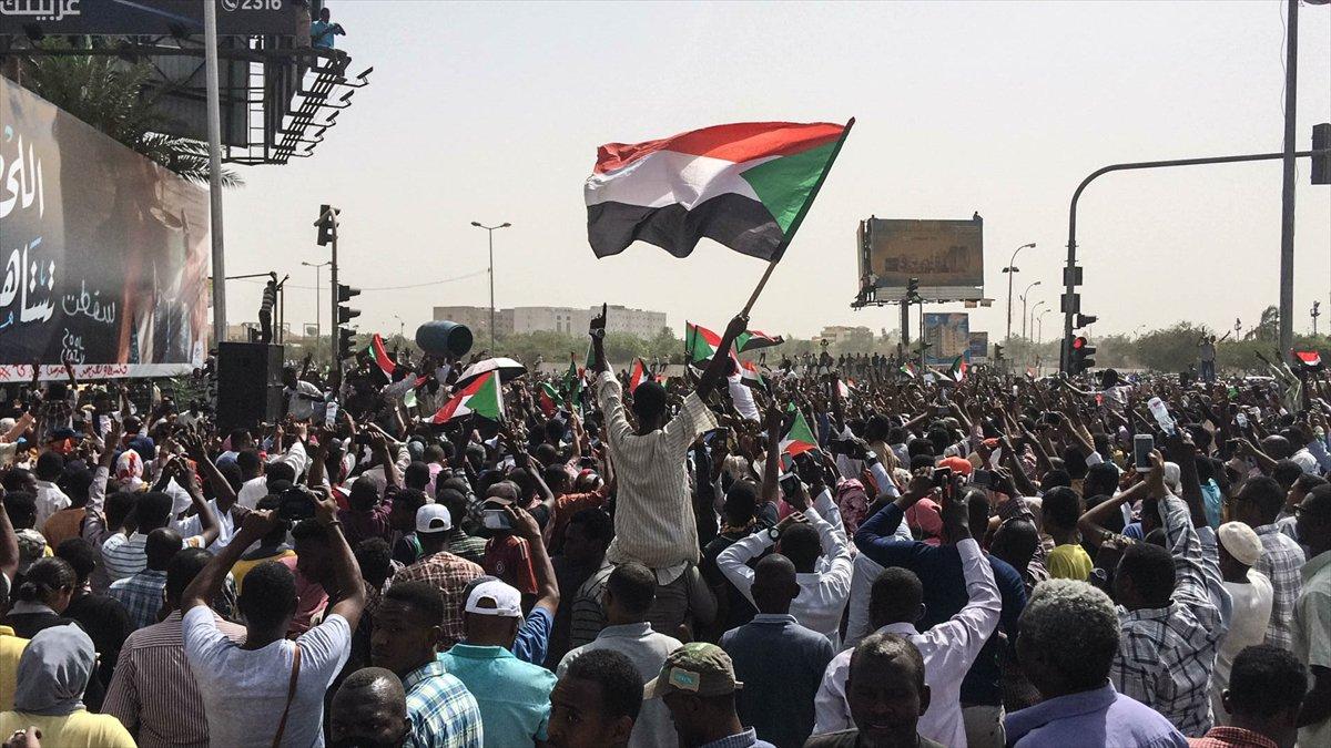 السودان.. عشرات الآلاف يتظاهرون للمطالبة بتسليم الحكم للمدنيين