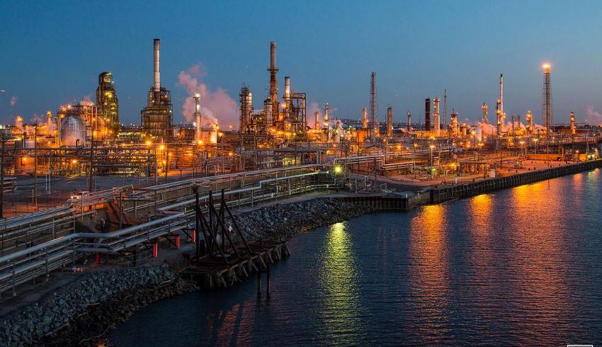 النفط يهبط لأدنى مستوى في 7 أشهر بفعل توترات التجارة