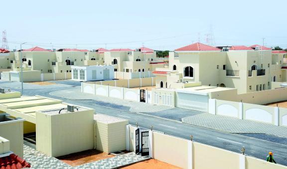 البنية التحتية تسلم 240 من كبار المواطنين قرارات تمليك مساكنهم