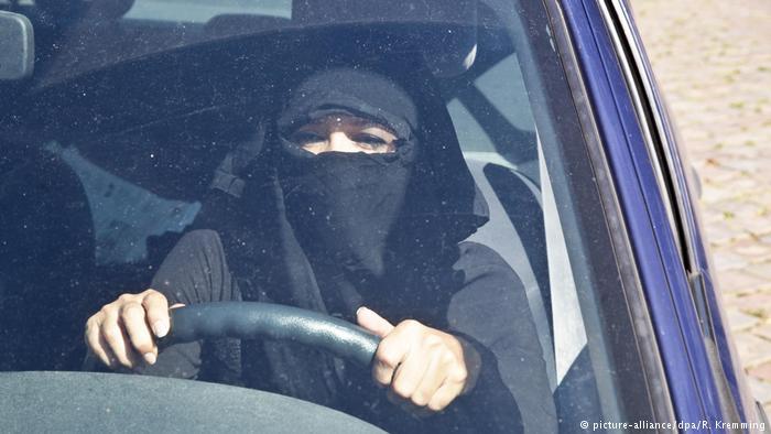 المحكمة الدستورية الألمانية تحظر النقاب أثناء قيادة السيارة
