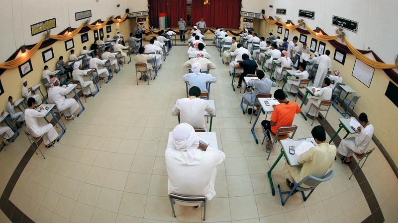 أهالي يطالبون بصرف الطلبة إلى بيوتهم بعد أداء الامتحانات