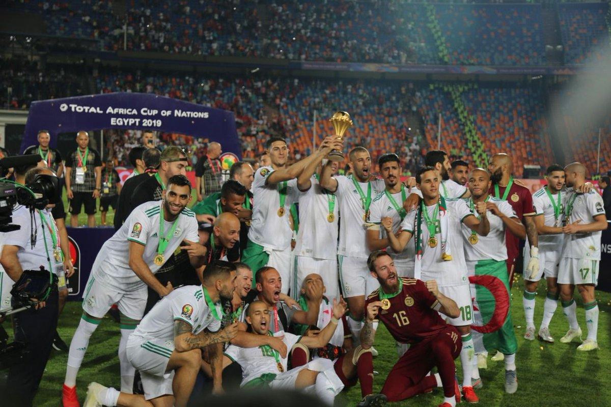 الجزائر تهزم السنغال وتتوّج بأمم إفريقيا بعد غياب 29 عامًا