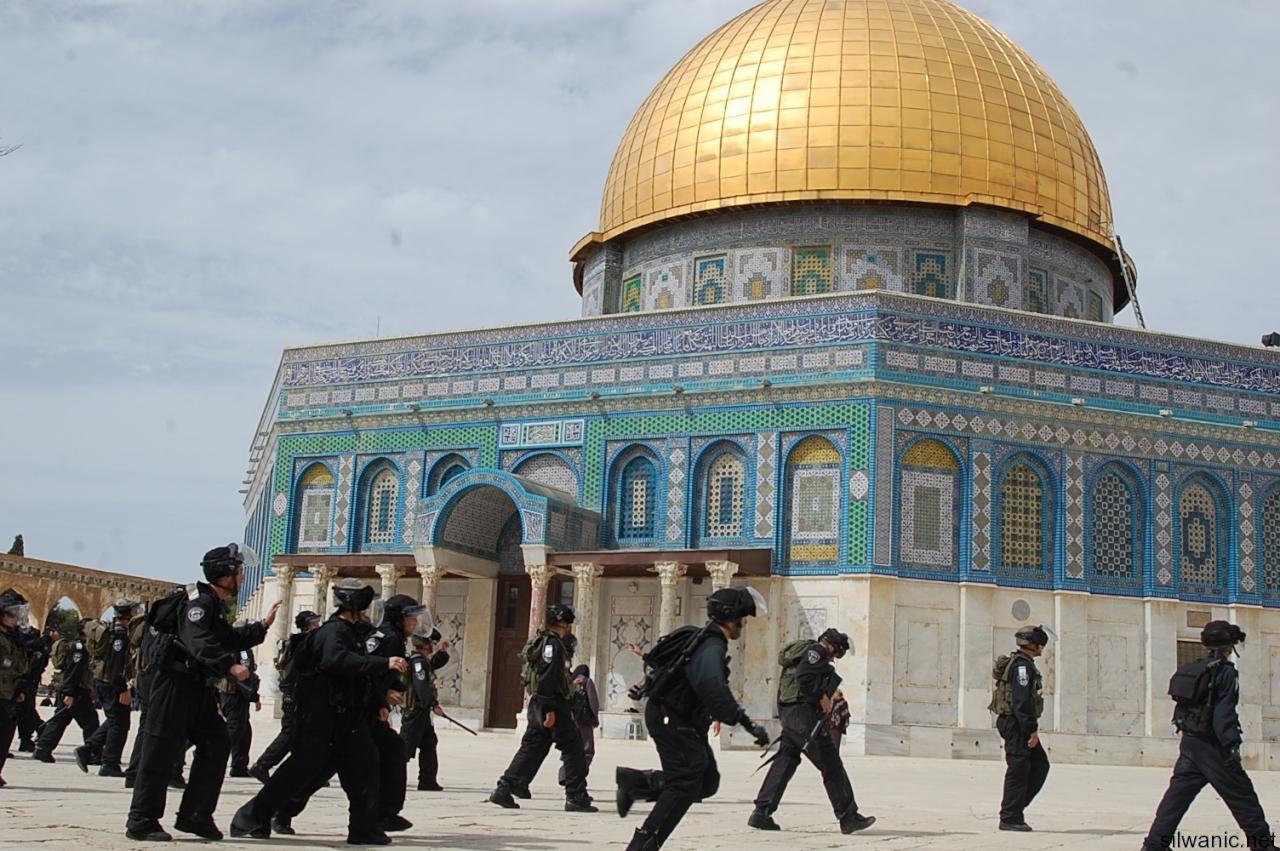 مئات المستوطنين يقتحمون باحات المسجد الأقصى
