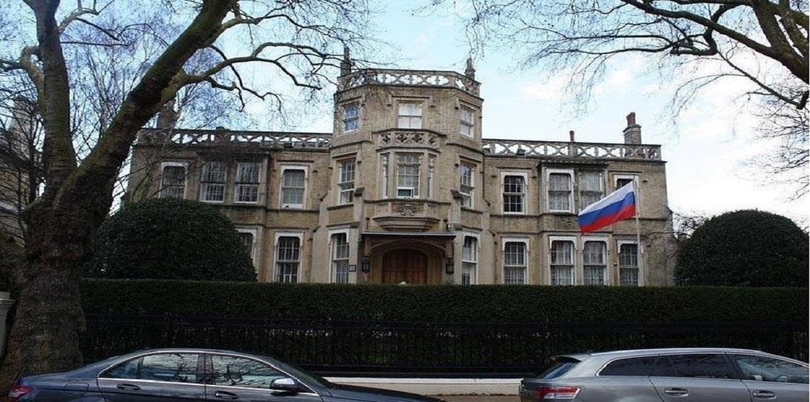 تنفيذا لقرار طردهم.. 23 دبلوماسيا روسيا وأسرهم يغادرون بريطانيا
