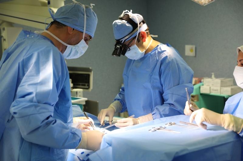 مستشفى العين يعيد لمريض يعاني شللاً القدرة على المشي