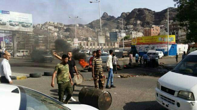 يمنيون يتظاهرون في عدن احتجاجاً على ارتفاع الأسعار وانهيار العملة