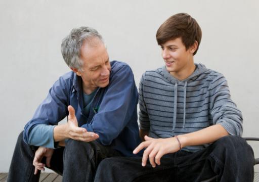 كيف يمكنك فتح حوار هادف مع ابنك المراهق؟