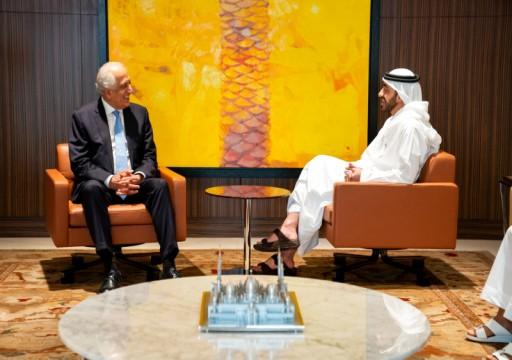 عبدالله بن زايد يلتقي المبعوث الأميركي الخاص للسلام بأفغانستان