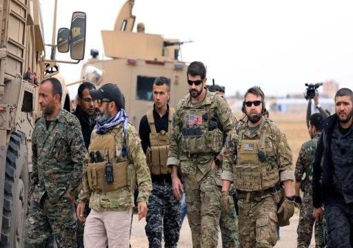 جنود إماراتيون وسعوديون يتجولون بمواقع الأكراد شرقي سوريا
