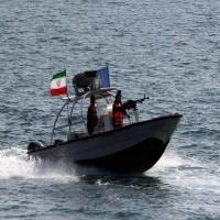 إيران تختطف زورقا إماراتيا وتعتقل ركابه