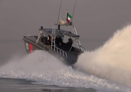 مصرع شرطي كويتي وإصابة 10 آخرين في انقلاب زورق