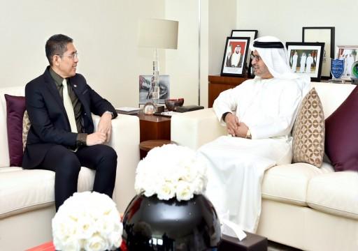 قرقاش يبحث مع مسؤول كبير في سنغافورة تعزيز العلاقات