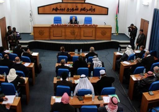 المجلس التشريعي يُقر نزع الأهلية السياسية عن عباس