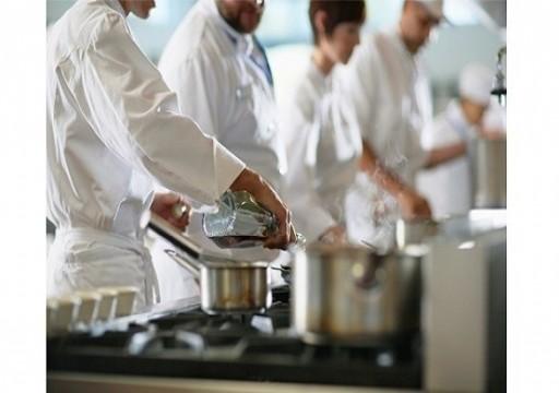 عمال مطعم في دبي يسرقون محتوياته بعد سفر صاحبه