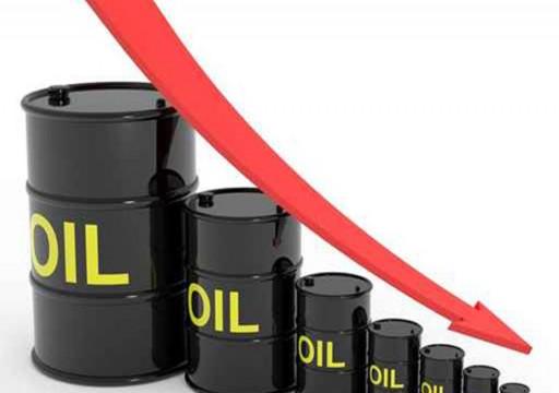 تراجع أسعار عقود النفط متأثرة ببيانات أمريكية سلبية