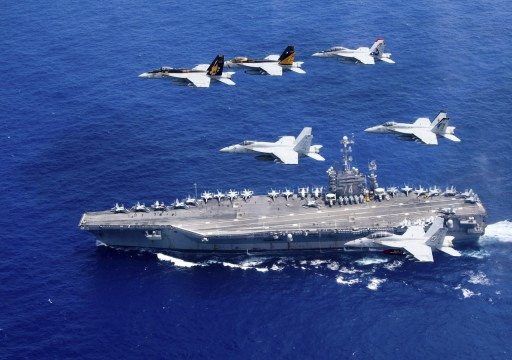 زوارق حربية إيرانية تتعقب حاملة طائرات أميركية بالخليج