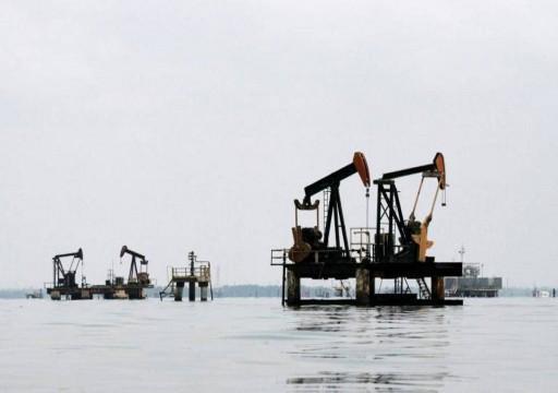 النفط ينزل مع زيادة المخزونات الأمريكية وتوقعات خفض الإنتاج
