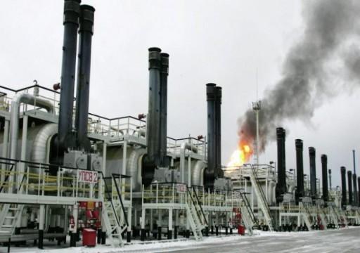 تراجع أسعار النفط مع بقائها قرب ذروتها في 4 شهور