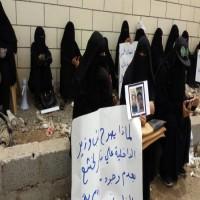 وقفة احتجاجية لأمهات المعتقلين في عدن للمطالبة بالكشف عن مصير أبنائهن