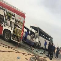 الكويت.. مصرع 15 عاملا في قطاع النفط إثر تصادم حافلتين شمالي البلاد