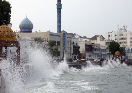 عُمان تؤجل رحلات الطيران من وإلى مسقط بسبب العاصفة شاهين