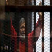 بعد عامين من المنع.. أسرة مرسي تزوره