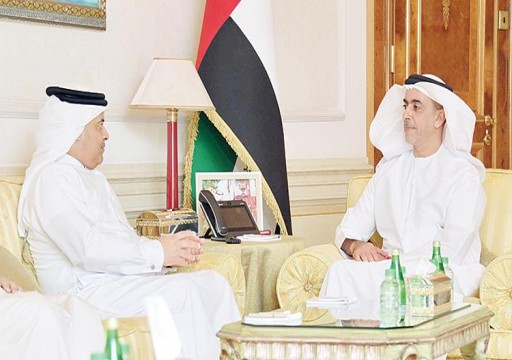 سيف بن زايد يلتقي رئيس الأمن العام البحريني