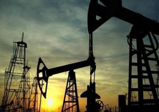 أسعار النفط تتراجع مع بقائها قريبة من ذروة 7 أعوام