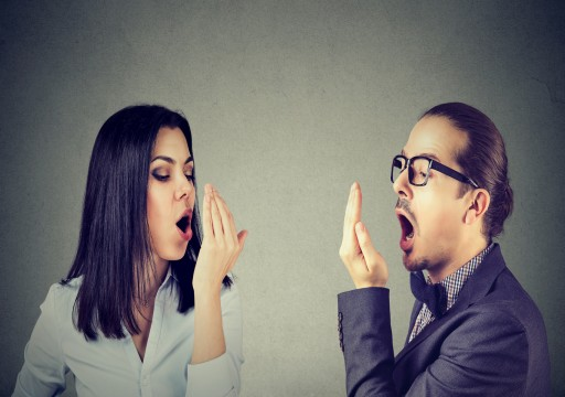 11 طريقة طبيعية لمحاربة رائحة الفم الكريهة