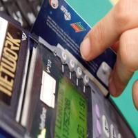 «المصرف المركزي»: منع المتاجر من مسح البطاقات المصرفية أكثر من مرة