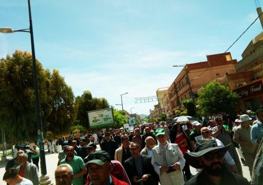 عشرات الآلاف من المحتجين يطالبون بإزاحة النخبة الحاكمة في الجزائر