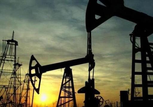 النفط عند أعلى مستوى في نحو شهر