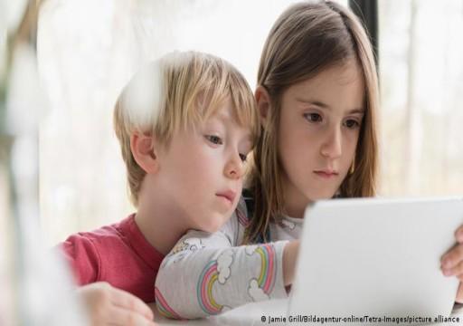 ما مخاطر الشاشات الإلكترونية على نوم الأطفال والمراهقين؟