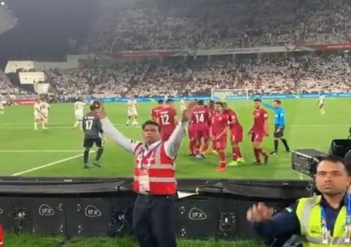 قطر تتقدم بثلاثية حتى الآن.. وجماهير الأبيض ترمي اللاعبين بقارورات مياه