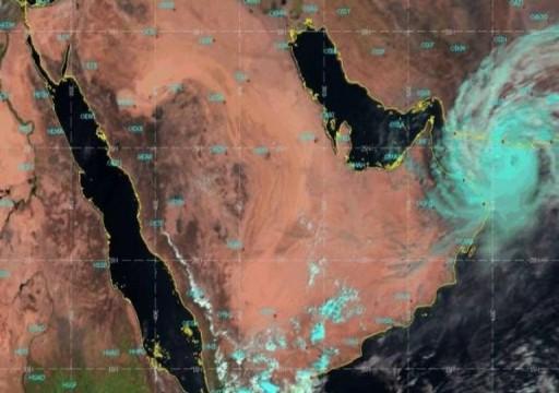 """مركز الأرصاد: إعصار """"شاهين"""" سيؤثر على المناطق الشرقية والجنوبية بالدولة"""