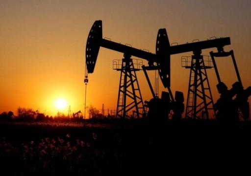 النفط يهبط من أعلى مستوى في شهرين