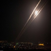 الاحتلال يستهدف سيارة في غزة والمقاومة تطلق 12 صاروخا