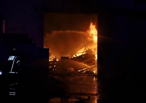 إخلاء 80 شخصاً نتيجة حريق في مستودعات بأم القيوين