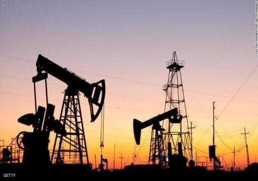 أسعار النفط بأعلى مستوى في شهر مع تراجع الإنتاج الأمريكي