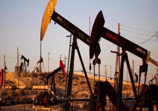 أسعار النفط تنحدر لأدنى مستوى منذ أكثر من عام