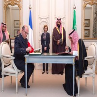 محمد بن سلمان يوقع اتفاقية عسكرية مع فرنسا